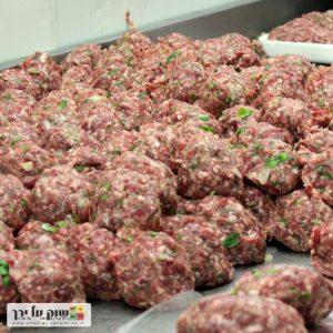 בשר טחון, נטחן לעיני הלקוח איכותי ומשובח ביותר. ניתן לבקש להוסיף שומן, או מופחת שומן. שוק על ירך - בית קצבים בתל אביב